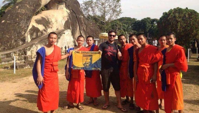 Μοναχοί από το Λάος με σημαία του Παναιτωλικού